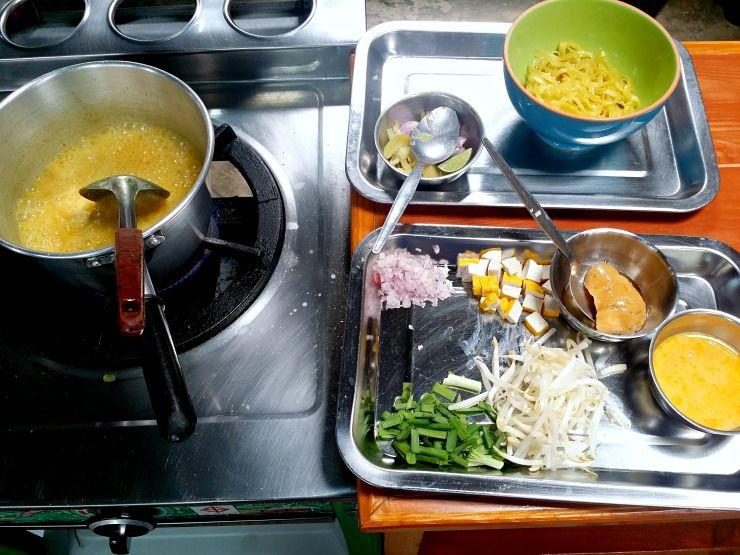 cooking khaw soi